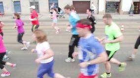 Povos que correm no meio evento da maratona video estoque