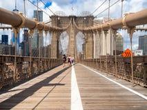 Povos que cruzam a ponte de Brooklyn em New York Fotos de Stock Royalty Free