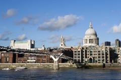 Povos que cruzam a ponte do milênio sobre o rio Tamisa que liga a cidade de Londres com o banco sul fotografia de stock royalty free