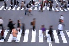 Povos que cruzam a rua Fotos de Stock Royalty Free