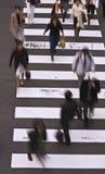 Povos que cruzam a rua Foto de Stock Royalty Free