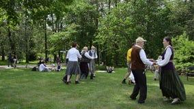 Povos que dançam danças populares em pares no evento dos povos do parque vídeos de arquivo