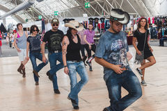 Povos que dançam em balançar o evento do parque em Milão, Itália Fotos de Stock Royalty Free