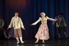 Povos que dançam em trajes tradicionais na fase, Foto de Stock