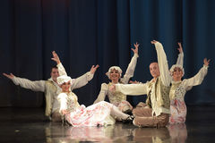 Povos que dançam em trajes tradicionais na fase, Imagens de Stock Royalty Free