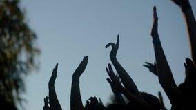 Povos que dançam, mãos do ` de Colorfest do ` levantadas acima filme
