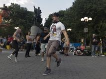 Povos que dançam na frente de George Washington Statue na união Squ Imagens de Stock