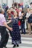 Povos que dançam na rua no desempenho da bola das nacionalidades Imagens de Stock Royalty Free