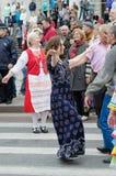 Povos que dançam na rua no desempenho da bola das nacionalidades Foto de Stock