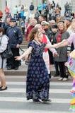 Povos que dançam na rua no desempenho da bola das nacionalidades Imagem de Stock