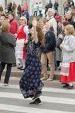 Povos que dançam na rua no desempenho da bola das nacionalidades Fotografia de Stock