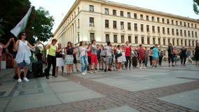 Povos que dançam no círculo com, flashmob, eventos do ar livre, Europa, bandeira búlgara nacional video estoque