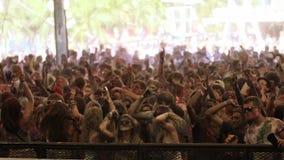 Povos que dançam no movimento lento no festival da cor vídeos de arquivo