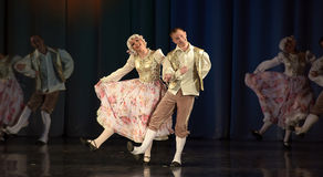 Povos que dançam em trajes tradicionais na fase, Fotos de Stock Royalty Free
