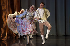 Povos que dançam em trajes tradicionais na fase, Fotos de Stock