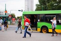 Povos que deixam um ônibus Fotografia de Stock Royalty Free