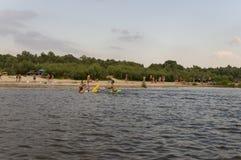 Povos que descansam e que navegam Praia do verão em um dos bancos do rio Desna Oster, Ucrânia Juny 17, 2017 Fotografia de Stock