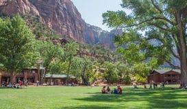 Povos que descansam em Zion National Park Imagem de Stock