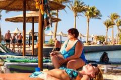Povos que descansam na praia Foto de Stock Royalty Free