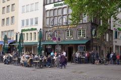 Povos que descansam no restaurante da rua na água de Colônia, Alemanha Fotografia de Stock Royalty Free