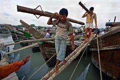 Povos que descarregam barcos - Chittagong Imagens de Stock