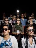 Povos que desgastam os vidros 3d no cinema Fotos de Stock