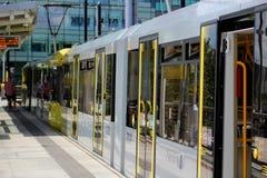 Povos que embarcam o bonde de Metrolink Foto de Stock Royalty Free