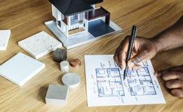 Povos que esboçam o modelo do plano da casa imagem de stock royalty free
