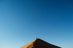 Povos que escalam Big Daddy Dune, olhando a cimeira e os pássaros imagens de stock