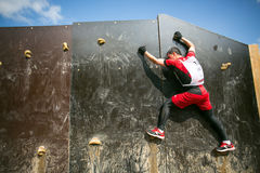 Povos que escalam durante o jogo militar da competição do esporte Imagem de Stock Royalty Free