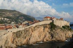 Povos que escalam na parede da cidade da cidade velha em Dubrovnik, croata Fotos de Stock