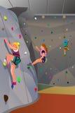 Povos que escalam a parede interna Foto de Stock
