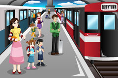 Povos que esperam em um estação de caminhos-de-ferro Fotos de Stock