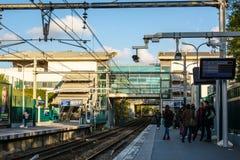 Povos que esperam em um estação de caminhos-de-ferro me Imagens de Stock