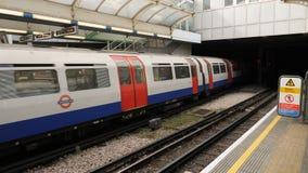 Povos que esperam na plataforma subterrânea do tubo por um trem para chegar Londres, Reino Unido metragem 4k video estoque