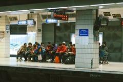 Povos que esperam no paltform da estação de Taipei fotos de stock