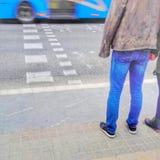 Povos que esperam para cruzar uma rua Imagens de Stock