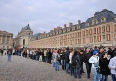 Povos que esperam para entrar no palácio de Versalhes fotografia de stock