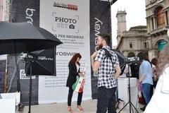 Povos que esperam para ser fotografado para livre no grupo 'Brosway 'da foto do ar livre no quadrado de Milan Duomo fotografia de stock