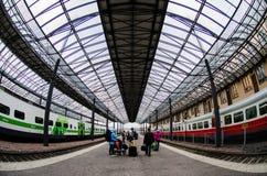 Povos que esperam por seus troles em Helsínquia Trainstation central, Finlandia foto de stock royalty free