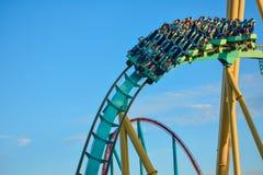 Povos que estão com o roller coaster ótimo de Kraken do divertimento no parque temático 10 de Seaworld imagens de stock
