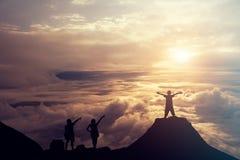 Povos que estão na parte superior da montanha acima das nuvens Suc Fotos de Stock