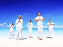 Povos que executam a ioga no conceito calmo da praia imagem de stock royalty free