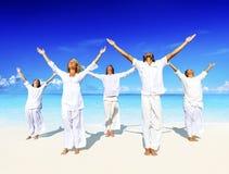 Povos que executam a ioga no conceito da praia fotografia de stock