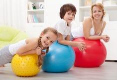 Povos que exercitam com as grandes bolas de borracha Imagem de Stock Royalty Free