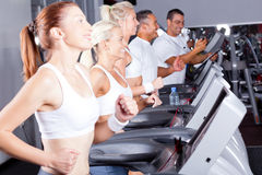 Povos que exercitam com escada rolante Fotografia de Stock Royalty Free