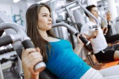 Povos que exercitam no gym fotos de stock