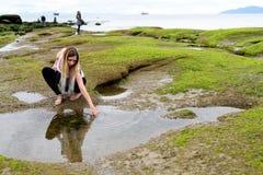 Povos que exploram a zona intertidal de Vancôver, Ingleses Colum fotos de stock