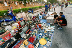 Povos que fazem a escolha no mercado de segunda mão exterior com rádio, aparelhos de televisão e outros bens Fotos de Stock