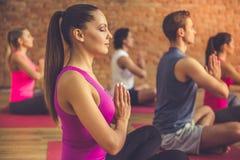 Povos que fazem a ioga fotos de stock royalty free